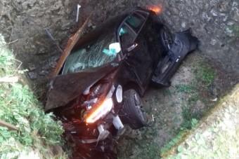 Több méter mély árokba zuhant egy autós