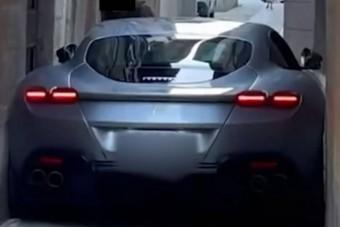 Ferrari egy szűk utcában, hajszálra a falaktól