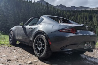 Terepgumikkal egy Mazda MX-5 sem ijed meg az erdőtől
