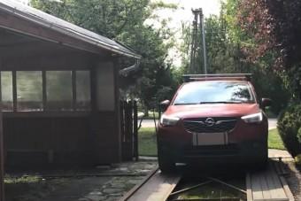 Furfangos szerkezettel oldotta meg a szűk garázsbeálló problémáját egy magyar autós