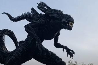 Ördögi Alien-szobrot épített egy abroncsokkal dolgozó művész