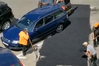 Körbeaszfaltoztak egy parkoló autót Romániában