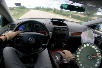 Vágtázó V10-es dízelszörny a német autópályán