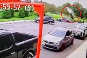Repülve csapódott autójával egy étteremnek