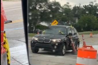 Ez a BMW-s mindent összeszedett az útépítésen, amit csak lehetett