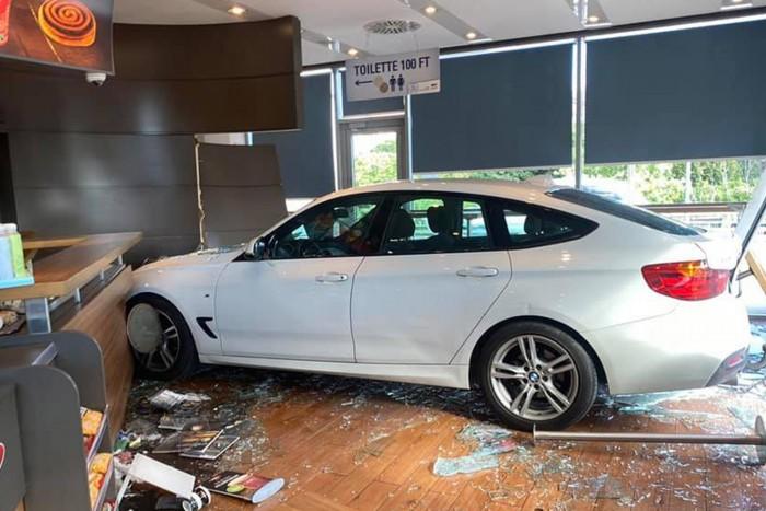 Benzinkútba csapódott egy BMW Budapesten