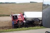 Kimentették a Borsodban árokba borult kamionost 1