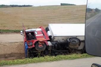 Borsodban az árokba borult, egy hete a kamionjában alszik a sofőr