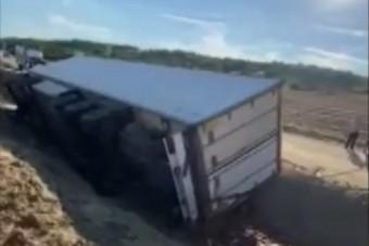 Kimentették a Borsodban árokba borult kamionost