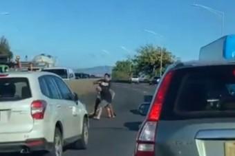 Két dühös autós egy rendes bokszmeccset nyomott le az autópályán