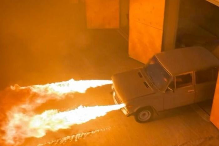 Egy unatkozó orosz szaki megépítette az ördög tűzköpő Ladáját