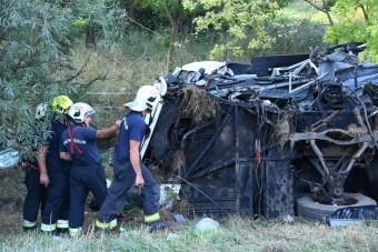 Tragédia az M7-esen, árokba borult egy busz