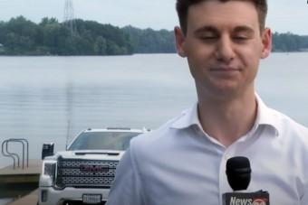 Élő adásban, a riporter háta mögött történt hatalmas baki