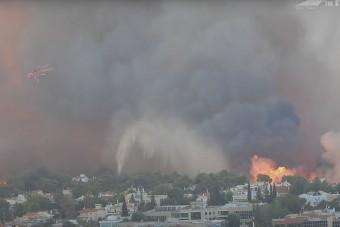 Drámai felvételeken, ahogy helikopterekkel oltják a Görögországban tomboló tüzet
