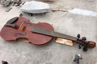 Hatalmas hegedű úszott Velencében