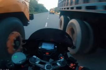 Színtiszta őrület, amit ezek a motorosok közúton művelnek