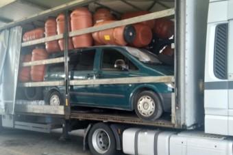Kamion hasába rejtették a kisbuszt, fennakadt a magyar határon