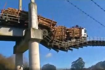 50 tonnával hajtott a 6 tonna teherbírású hídra, ez lett a vége