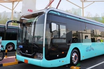 Elektromos buszokra vált az olajhercegség