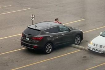 Kínos helyzetet vettek videóra egy parkolóban, amit lehetett még fokozni