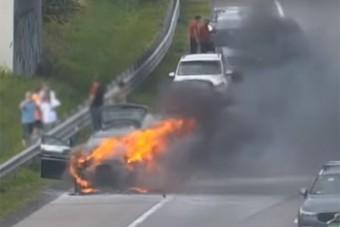 Így égett porrá egy család autója az M0-son