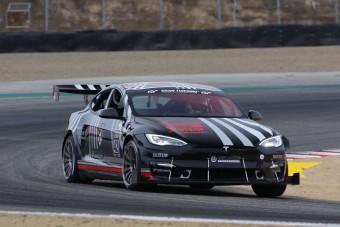 A Tesla beérett, már versenypályán is veri a legdurvább sportkocsikat