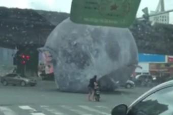 Elszabadult egy óriási felfújható hold Kínában