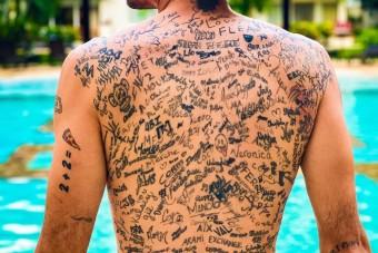 Aláírásokkal tetoválta tele magát a férfi