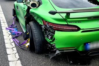 Igen ritka Mercedest törtek össze az M7-esen