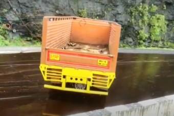 Az óriási olajfoltra hajtó teherautóval pont az történik, amire számítasz