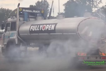 Élmény nézni, ahogy ez az olasz kamionos driftel