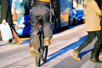 Zebrán ütötte el a biciklis, összeomlott az anyuka élete