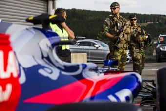 Eldőlt, elviszi a hadsereg az F1-es pilótát