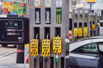 Tombol a pánik, elfogyott a benzin a brit kutakon