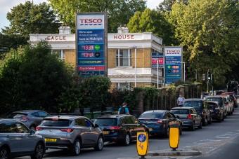 A hadsereg visz üzemanyagot a porzó brit kutakra