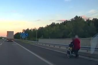 Kerekes székben toltak egy férfit az M5-ösön