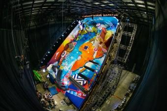 Megépítették a világ legnagyobb flipperét, ahol egy ember a golyó