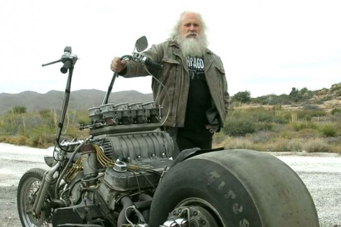 Ha halálközeli élményt akarsz egy V8-as motorba kapaszkodva, keresd ezt a szakállas figurát