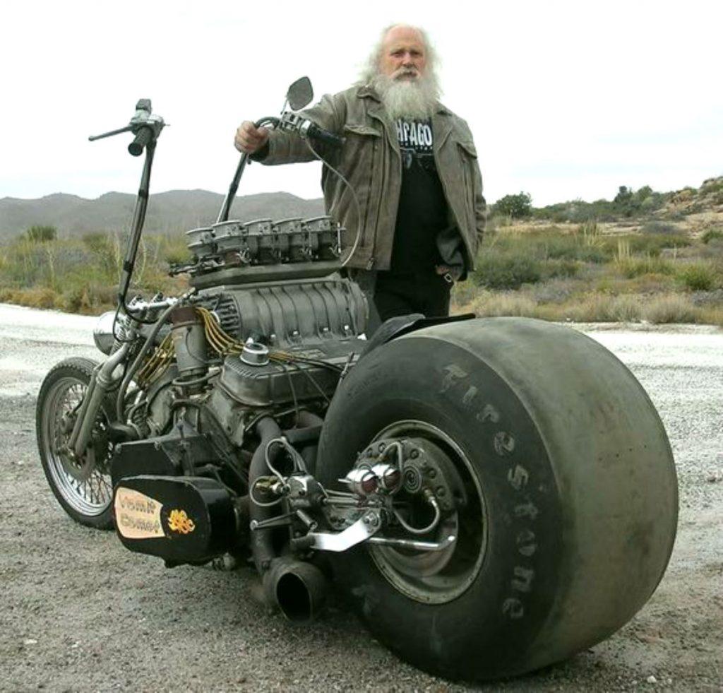 Ha halálközeli élményt akarsz egy V8-as motorba kapaszkodva, keresd ezt a szakállas figurát 1