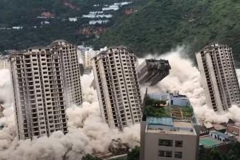 Egy robbantással bontottak le tizenöt toronyházat Kínában