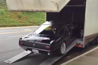 Kirúgta a vadló a pallót, avagy így ne szállítsunk Ford Mustangot