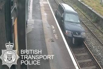 Meglepően kemény büntetést kapott a síneken haladó autós