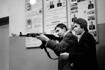 Katonai alapismereteket is tanultak régen a szovjet diákok a suliban