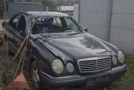Bevásárlókocsit állítottak egy Suzuki szélvédőjébe Budán 1