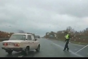 Egy forgalmas út mellett állni nem életbiztosítás, még a rendőrségnek sem