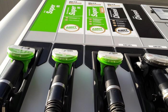 30 napra befagyasztják az üzemanyagárakat a szomszédban