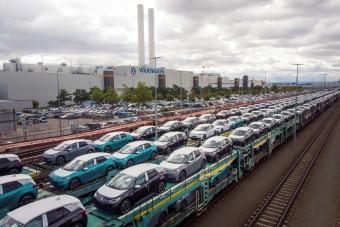 Emberek tízezreitől válhatnak meg az autóiparban