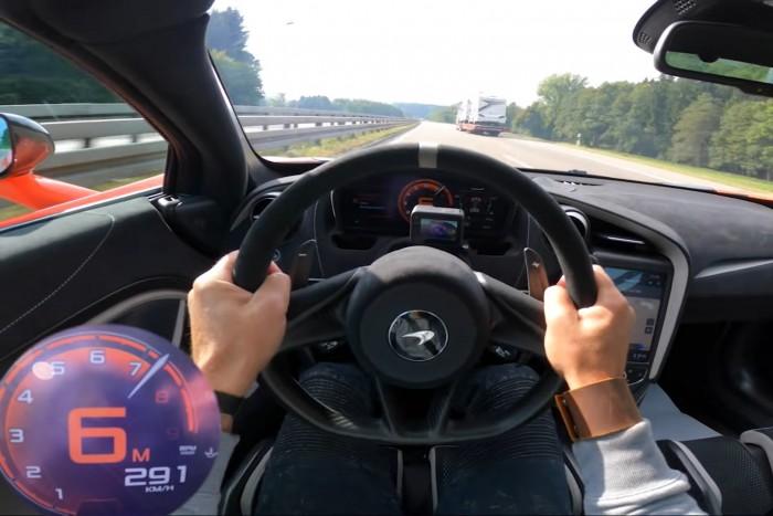 A lélegzet is eláll, ha odalépnek a 843 lóerős McLarennek az autópályán