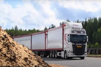 Nézd meg, hogy tekereg a 34 méter hosszú V8-as Scania