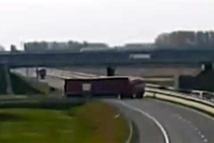 Direkt fordult a forgalommal szembe egy kamionos az M85-ösön